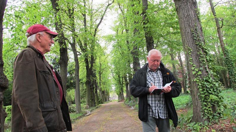 Heute war offizieller Pressetermin im Arboretum. Der Verein der Freunde Plauens e.V. hatte mehr als 12000 € für die Schaffung eines barrierefreien Wegenetzes im Arboretum Plauens beantragt. Von den Freunden Plauen war Herr Weisbach und noch ein Herr, ein Reporter von der Freien Presse samt Fotografin, Vertreter der Ausführenden Firma, der Firma Grünservice Steffen Packmohr und dann war noch ich, vertretend den Beirat für Menschen mit Behinderung des Vogtlandkreises. Wenn man es genau nimmt, war, außer einem Arztbesuch, dieses die erste Gelegenheit sozialer Kontakte außerhalb der Familie seit Ausbruch der Coronapandemie in Deutschland. Zuallererst war es eine Umgewöhnung nicht zur Begrüßung die Hand zu geben. Außerdem habe ich bei dem kleinen Rundgang wieder einiges gelernt. Zum Beispiel, dass ich mich gewundert habe, dass es auch rote Blätter gibt, obwohl Chlorophyll eigentlich grün färbt. Der rote Farbstoff heißt Karotin und er überwiegt den Grünen. s steht dort der sogenannte Blut-Ahorn, ein einheimisches Gewächs. Im April habe ich ja die Blüte von vielen Bäumen gesehen und einer, der besonders aufgefallen ist hab ich mit Namen kennen gelernt. Es ist ein Tee-Apfelbäumchen. Die Heimat ist in China. Momentan können die Eingänge noch nicht begangen werden, weil sie frisch angesät sind. Im September will ich mich mit Herrn Weisbach hier wieder treffen um auch in die Quartiere hineinfahren zu können,