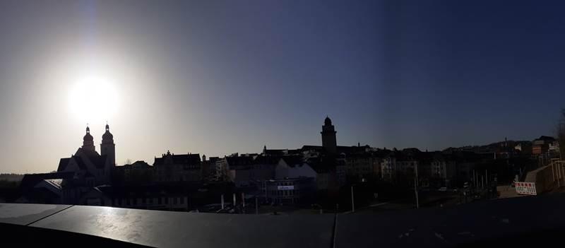 Skyline von Plauen im Vogtland gegen die Sonne vom Schloss in Panorama 2021 02 25